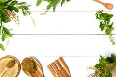 Basil Leaf e Basil Powder Flat Lay su fondo di legno bianco con lo spazio della copia fotografie stock