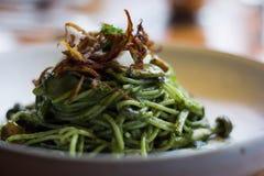 Basil Pesto Pasta con uno stile ordinato immagini stock libere da diritti