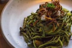 Basil Pesto Pasta met een keurige stijl stock afbeelding