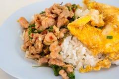 Basil Pork gebraden rijst met omelet Stock Foto's