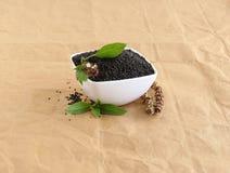 Basil Seeds em uma bacia e folhas e pistilo seco foto de stock
