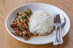 Basil Smażący Rice w naczyniu Zdjęcia Stock