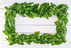 Basil Wreath fresco en los tableros rústicos blancos Imagen de archivo libre de regalías