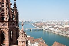 Basilea, la Svizzera con il Reno e ponticello centrale Immagine Stock Libera da Diritti