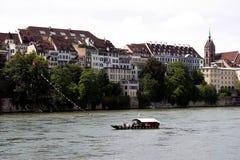 Basileia, switzerland, balsa típica sobre o rhine Fotografia de Stock