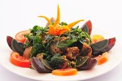 Basilic croustillant frit par Stir avec l'oeuf conservé noir, Photos libres de droits