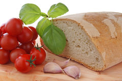 basilic et pain d'ail de tomate Photographie stock libre de droits