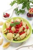 Basilic italien d'extrémité de tomate de petit morceau de pâtes Photo libre de droits