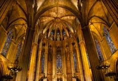 Colonne Barcel cattolico gotico della pietra dell'altare di Windows del vetro macchiato Fotografie Stock Libere da Diritti