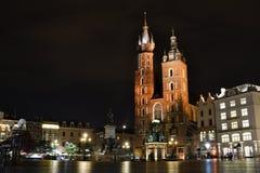 Basilica del ` s di St Mary alla notte Quadrato principale del mercato cracovia poland Immagine Stock Libera da Diritti