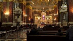 Basilica della chiesa della st Istvan durante il servizio di culto stock footage