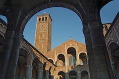 Basilica della facciata e del portico di Sant Ambrogio Fotografia Stock Libera da Diritti