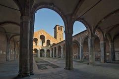 Basilica della facciata e del portico di Sant Ambrogio Immagine Stock