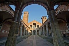 Basilica della facciata e del portico di Sant Ambrogio Fotografie Stock