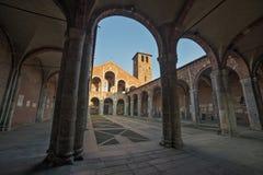 Basilica della facciata e del portico di Sant Ambrogio Fotografia Stock