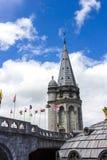 Basilica della nostra signora del rosario e delle bandiere dei paesi differenti Lourdes, Francia, Hautes Pirenei Fotografia Stock