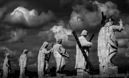Basilica delle statue dell'apostolo di St Peter immagine stock