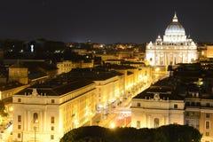 Basilica di圣彼得罗,梵蒂冈在晚上 免版税库存照片