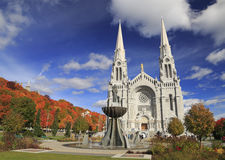 Basilica di Sainte-Anne-de-Beauprein autumn immagine stock