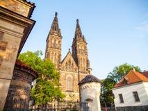 Basilica di St Peter e di Paul nel complesso di Vysehrad, Praga, repubblica Ceca fotografia stock libera da diritti