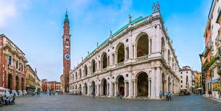 Basilica famosa Palladiana con Signori di Dei della piazza a Vicenza, Italia immagini stock libere da diritti