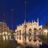 Basilica nel quadrato di San Marco a Venezia con la riflessione a twilig Fotografia Stock