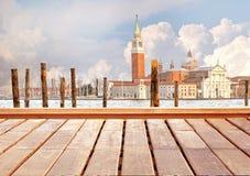 Basilica Santa Maria della Salute, Venezia, Italia e superficie di legno Immagine Stock Libera da Diritti