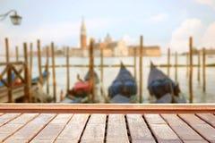 Basilica Santa Maria della Salute, Venezia, Italia e superficie di legno Fotografie Stock