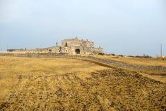 Basilicata (Matera) - Oud landbouwbedrijf bij de zomer stock foto's