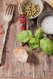 basilico con il balgarskih del pepe e del sale, aglio Fotografia Stock Libera da Diritti