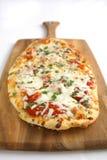 Basilico di Tomatoe della pizza con una crosta fatta a mano Immagine Stock