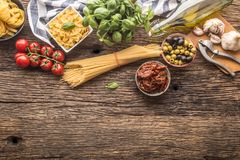 Basilico italiano g del parmigiano dell'olio d'oliva della pasta degli ingredienti alimentari fotografia stock