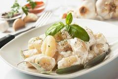 basilico ost di gnocchi patatasås arkivbilder