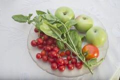 Basilico, pomodori e mele verdi dal giardino da placcare. Immagine Stock Libera da Diritti