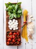 Basilicum, mozarella, tomaten en spaghetti Stock Fotografie
