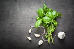 Basilicumbladeren en knoflook Stock Foto