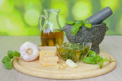 Basilicumpesto met ingrediënten Stock Afbeelding