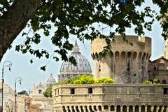 Basiliek en koepel van St Peter stock fotografie