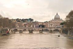 Basiliek San Peter. Heilige Angel Bridge en Tiber-Rivier Royalty-vrije Stock Foto's