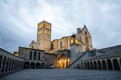 Basiliek van St Francis van Assisi bij schemer in Assisi, Umbrië, Italië Stock Fotografie
