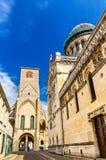 Basiliek van St Martin en Charlemagne-toren in Reizen stock afbeelding