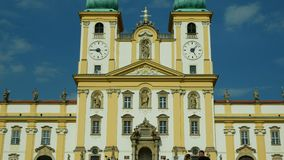 Basiliek van Visitation van Maagdelijke Mary, Olomouc op de kerk van Svaty Kopecek, Tsjechische Republiek, versiering stock video