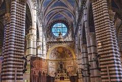 Basilika-Altar-Kirchenschiff-Rose Window Stained Glass Cathedral-Kirche Siena Italy lizenzfreie stockfotografie