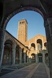 Basilika av den Sant Ambrogio fasaden och farstubron Arkivfoto
