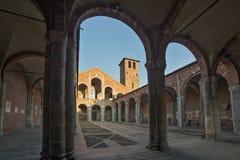 Basilika av den Sant Ambrogio fasaden och farstubron Royaltyfri Bild