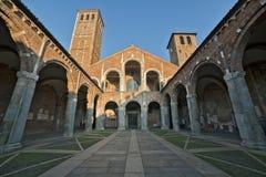 Basilika av den Sant Ambrogio fasaden och farstubron Arkivbild