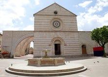 Basilika av helgonet Clare i Assisi, Umbria, Italien royaltyfria bilder