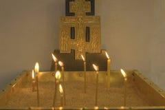 Basilika av Kristi f?delsen Brännande stearinljus i kyrkan på det huvudsakliga altaret arkivbild