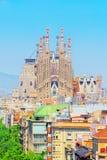 Basilika av La Sagrada Familia mot blå himmel Skapelser av th Royaltyfri Foto