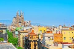 Basilika av La Sagrada Familia mot blå himmel Skapelser av th Arkivfoton